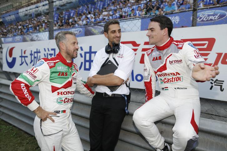 Michelisz Norbert (j) visszakapja korábbi versenymérnökét, Bári Gergőt (k), aki tavaly még Tiago Monteiróval (j) dolgozott