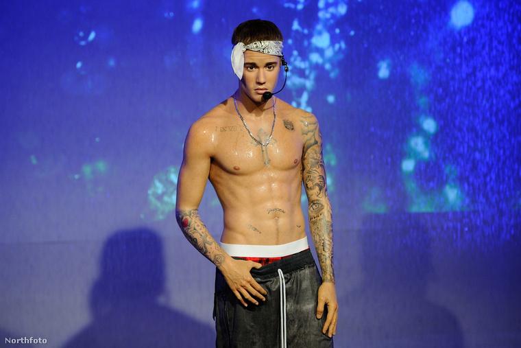 Justin Bieber viaszmása okos arccal tekint maga elé, ebből viszont nehezen megállapítható a bábu hitelessége