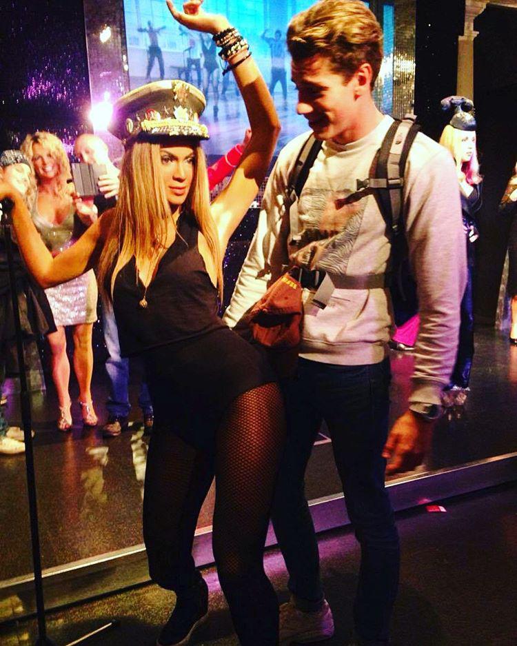 Elnézést, hölgyem, nekem barátnőm van, ezért nyomatékosan megkérem, hogy ne hederegjen a lábamhoz, nem ön a Beyoncé!