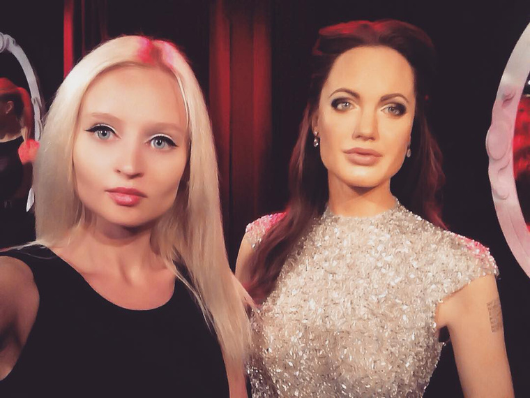 Nehéz eldönteni, hogy kiből készült viaszszobor: a szőkehajú Sophie Ellis Bextor-ból vagy Angelina Jolie-ból