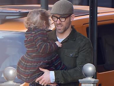 Celebspotting: Ryan Reynolds és lánya küzdelme a széllel