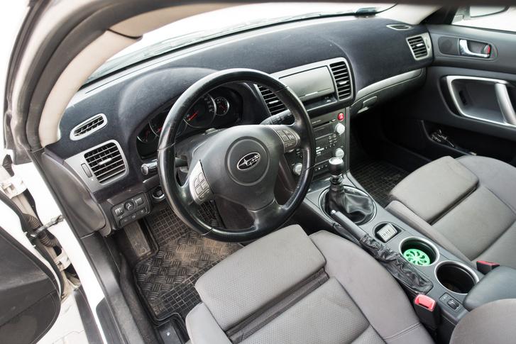 Ok, a flokkolt műszerfal nekem sem jön be, amúgy a Subaru utastér egészen élhető az Audi első üléseivel