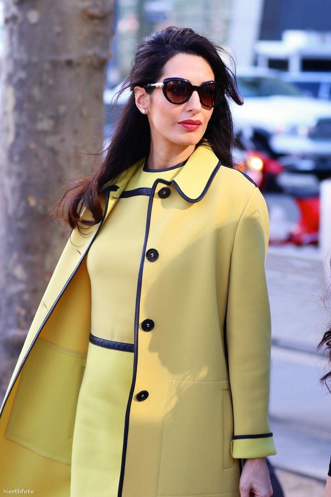 George Clooney felesége egy fantasztikusan elegáns sárga szettben érkezett New Yorkba