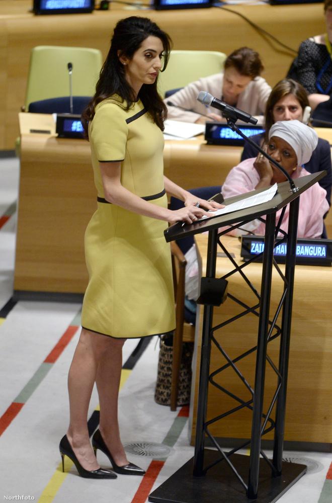 Amal Clooney továbbra is az ikreket várja: március 9-én az ENSZ bizottsága előtt mondott beszédet, és a képek tanúsítják, hogyegyre szebben kerekedik a hasa