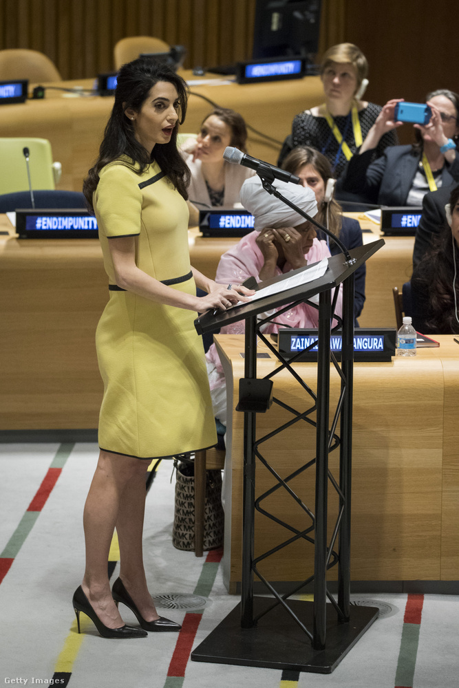 Amal Clooney oldalról készült fényképein már szépen látszik a terhessége