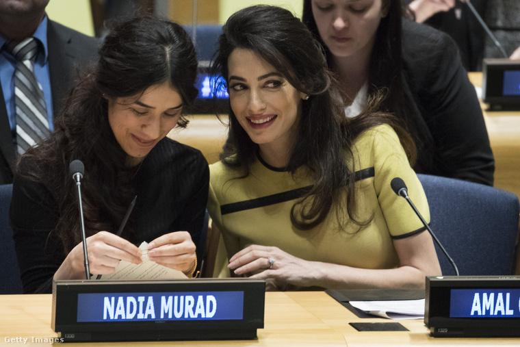Ezen a képen Nadia Murad emberjogi aktivistával susmorognak valamit nagyon kedvesen.
