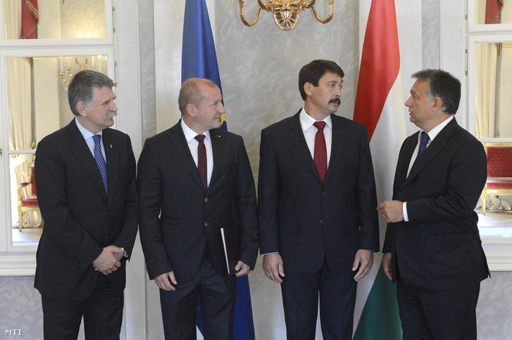 Áder János, Orbán Viktor, Kövér László, valamint a szeptember 10-i hatállyal honvédelmi miniszterré kinevezett Simicskó István az új tárcavezető kinevezésén a Sándor-palotában 2015. szeptember 9-én.