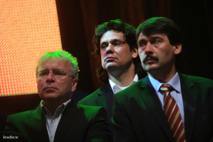 Pokorni Zoltán, Deutsch Tamás és Áder János a Fidesz választási győzelmét ünneplik a Vörösmarty téren felállított színpadon, 2010. április 24-én