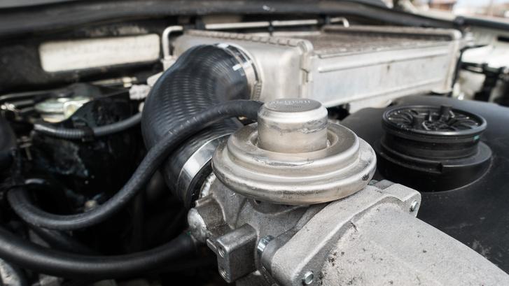 Az Audi EGR szelepe macerás magaslati pont. A teteje miatt ki kellett vágni egy kört a Subaru motorháztetejének belső fémborításából