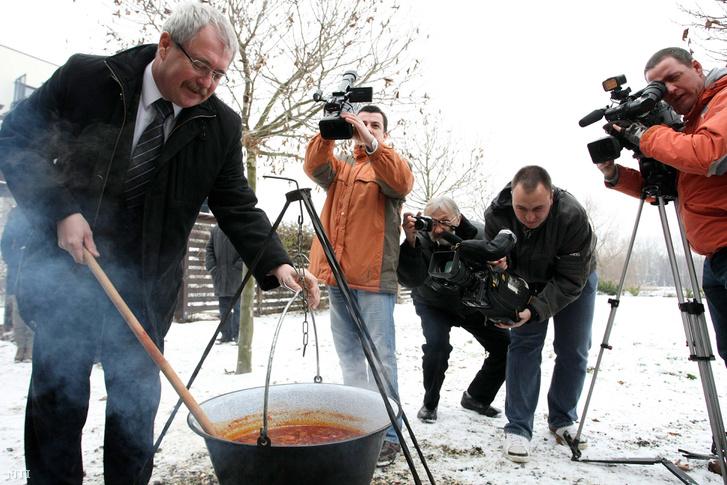 Fazekas Sándor vidékfejlesztési miniszter bográcsban főtt tiszai halászlét kever a magyar hal fogyasztását népszerűsítő szakmai rendezvényen Tiszafüreden a Tisza Balneum Hotel udvarán 2012. december 14-én.