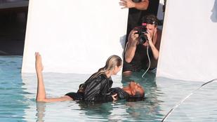 Van rá magyarázat, ha egy medencében bőrkabátban lát bugyimodelleket