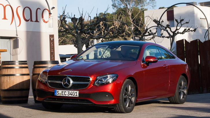 Klasszikusan B-oszlop nélküliek a Mercedes kupé modelljei