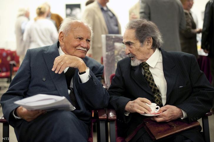 Göncz Árpád volt köztársasági elnök (balra) és Bodor Pál újságíró beszélget a fennállásának tizedik évfordulóját ünneplő Régi Magyar Nemzetesek Társaságának (RMNT) rendezvényén, 2010. szeptember 7-én.