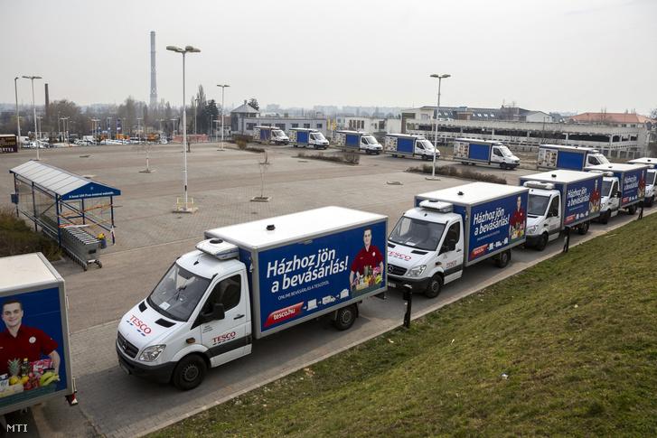 Termékek házhozszállításához használt teherautók sorakoznak a vasárnap zárva tartó Bécsi úti Tesco áruháznál Budapesten
