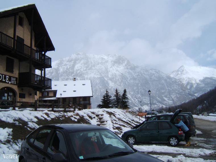 Szóval 2008-ban húsvétkor voltunk itt, mert akkor elég korán volt húsvét, és fantasztikusan lehetett síelni, mindenen hó volt