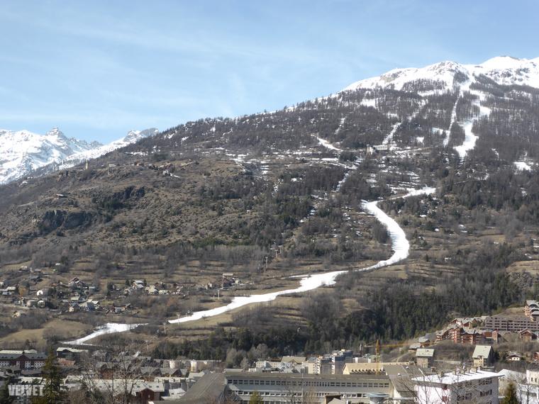 Bár a környező hegycsúcsokon jó sok hó van még, a minősége már nem az igazi, és a hóhatár meglepően magasan van.