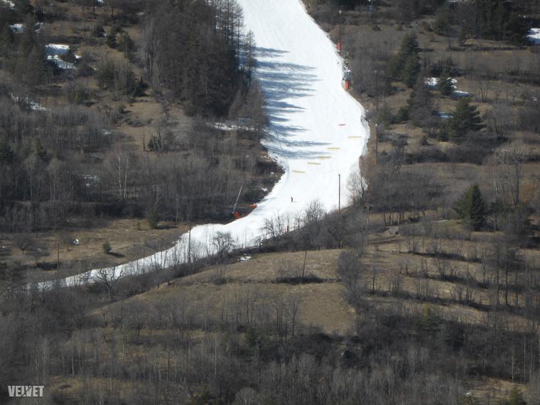 Nagyon jól látszik ezen a képen, hogy a sípályák alját már csak hóágyúval tudják működőképesen tartani.