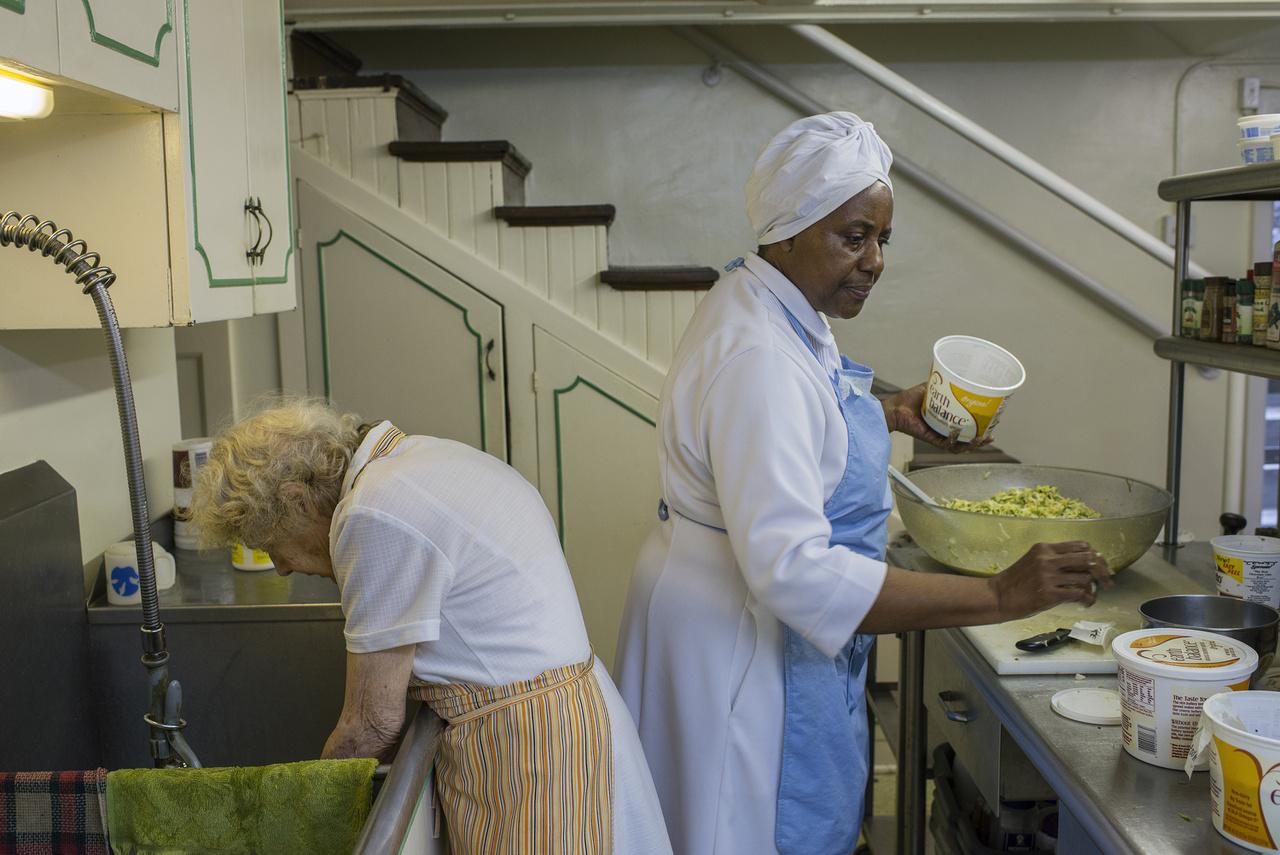 Az egyik legfontosabb, és egyben legtöbb nehézséget okozó szabály: magukon a rituális étkezéseken nem szabad fotózni, mert ezek szent események. Csakhogy ezek az étkezések 6-8 órát is kiteszek egy napból, mesélte Bedford egy 2014-es rádióinterjúban. Szóval - fotózás szempontjából - az ébren töltött órák úgy fele veszendőbe ment. Nem egyetlen, hosszú étkezésről van szó. A reggeli másfél, az ebéd két - két és fél óra, a vacsora pedig aztán a végtelenségig elnyúlhat. A hívek új nevet kapnak a mozgalomban, ők itt: Élet és Igazság kisasszony.