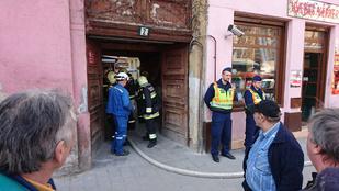 Két tűzoltót megrázott az áram a VIII. kerületben