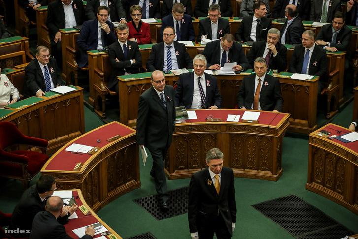 Majtényi László bevonul, hogy elmondja a beszédét a parlamentben a választás napján