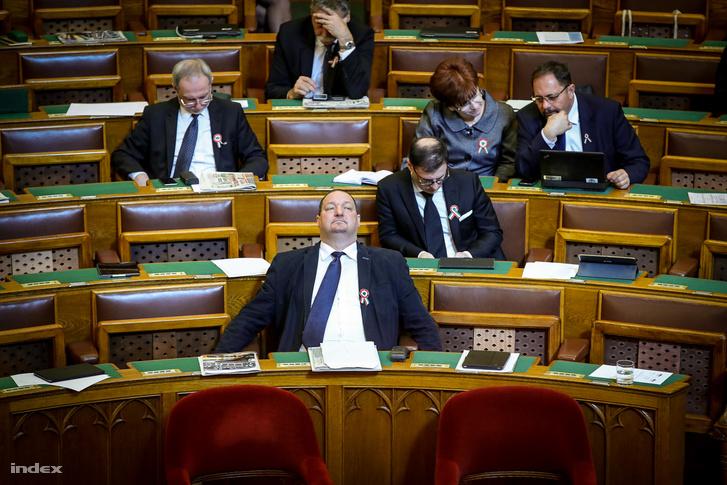 Németh Szilárd és fideszes képviselők a Parlamentben a választás szünetében.