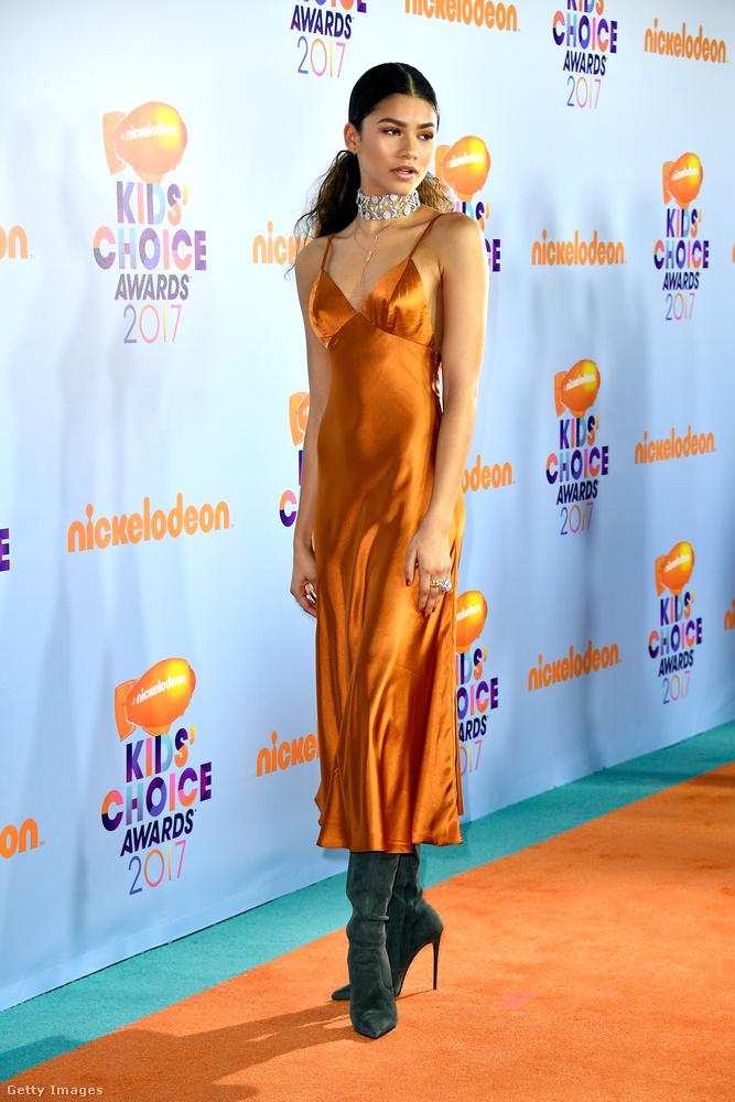 Zendaya szintén egy énekesnő, és ő megint a kilencvenes éveket idézi egy kicsit ezzel a hálóingszerű ruhával