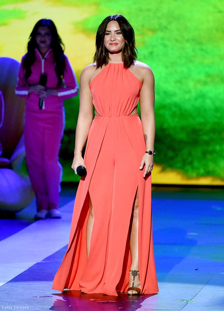 Na de nézzük tovább, hogy ki volt még ott és miben! Demi Lovato például ebben a sárgabarackszínű ruhában volt, ami egy ügyes bevágással vékony derekat csinál az énekesnőnek, viszont két kevésbé ügyes felvágással meg kötényt csinál a szoknyarész elejéből