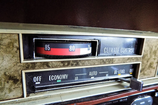 A beltér hőmérséklete természetesen Fahrenheitben állítható a klíma paneljén. Semmi piktogram, minden betűkkel kiírva, van rá hely