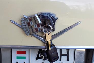 Rejtett kulcsnyílás a csomagtartó zárjához