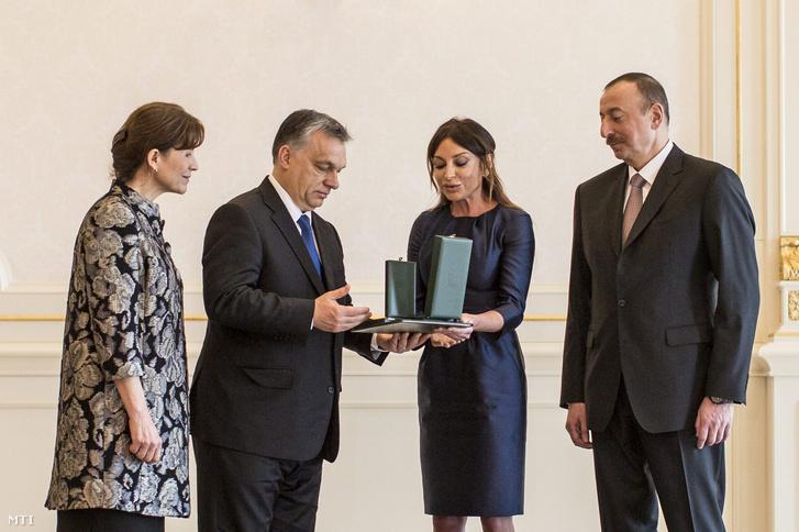 Orbán Viktor miniszterelnök felesége, Lévai Anikó (b) társaságában átadja a Magyar Érdemrend középkeresztje a csillaggal kitüntetést Ilham Aliyev azeri elnök (j) feleségének, Mehriban Aliyeva asszonynak, a Heydar Aliyev Alapítvány elnökének a Baku melletti elnöki palotában 2016. március 6-án