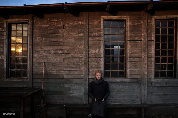 """""""Lovasberényben is forgattunk, a nagyszüleim pedig lovasberényiek, és nekik még közvetlen emlékeik vannak arról, ahogy bejöttek az oroszok. Mikor megjelentem ebben a jelmezben náluk, akkor elő is jöttek azok a történetek, amelyek után már egészen más felelősséggel játszom ebben a filmben"""" - mesélt a családi érintettségéről Kurta Niké szinésznő"""