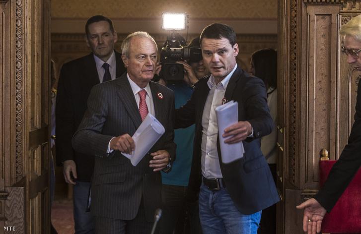 Medgyessy Péter és Bánki Erik érkezik az Európai Csalás Elleni Hivatal által a 4-es metró beruházásról készített jelentéssel kapcsolatban tartott meghallgatására az Országgyűlés gazdasági bizottságának ülésére 2017. március 14-én.