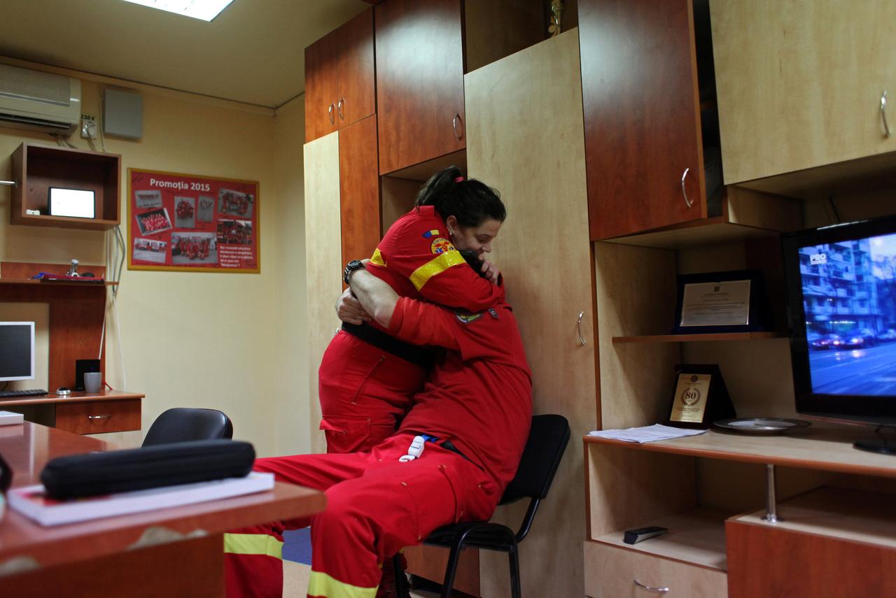 """""""Minden hatodik órában elhagyja egy román orvos az országát"""" - írja a román egészségüggyel foglalkozó cikkben a Gandul nevű román napilap. Nálunk is hamarosan megvalósulhat a román helyzethez hasonló orvoshiány. Jelenleg az Országos Alapellátási Intézet nyilvántartása szerint az 5700 magyarországi háziorvosi praxisból több mint kétszáz olyan körzet volt az országban, ahol legalább egy éve helyettesítéssel oldják meg a háziorvosi ellátást. Az Egészségügyi Nyilvántartási és Képzési Központ háziorvosok elöregedése aggasztó: átlagéletkoruk 55 év, a nyugdíjasok aránya köztük 26 százalék, és csak a tizedük negyven év alatti. A több mint ötezer magyar gyermek háziorvos átlagéletkora 56 év, 125-en pedig a hetvenes éveiket tapossák."""