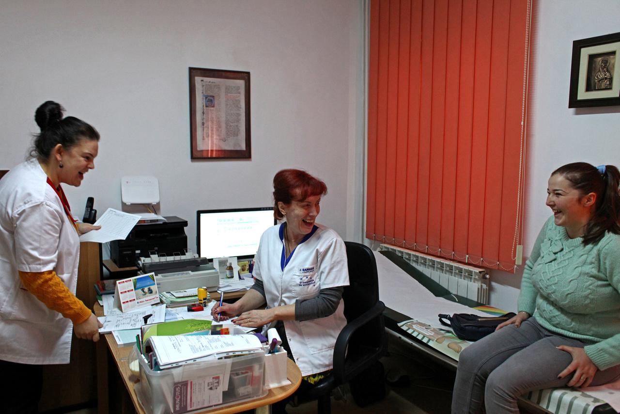 Az átlagos kereset a román egészségügyi dolgozók körében 2016 végén 2609 lej volt, azaz 177 ezer forintnak megfelelő összeg, és ez majdnem kétszerese a három évvel ezelőtti átlagfizetésnek. Dr. Gabriela Dromereschi és a vele dolgozó nővér, Maria Iuga a Salistea de Sus nevű városban vizsgálnak egy beteget. Mindössze két orvos van ebben a városban, Dr. Dromereschi 1991 óta dolgozik itt.