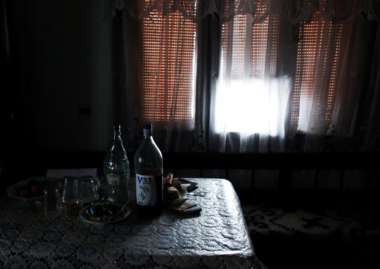 """A családorvosok átlagéletkora Romániában 55 év és nagyon kevés a rezidens, mondta az Indexnek Jakab Engya Anikó, a romániai Rezidens Családorvosok Szövetsége Központi Regiójának elnöke. """"Nőtt a fizetésünk: tavaly egy nagyobb emelés volt, idén egy kisebb. Most egy harmadéves családorvos rezidens 1800 lej körül kap (kb. 120 ezer forint), amihez hozzáadódik a 150 euró (46 ezer forint) ösztöndíjnak nevezett kereset-kiegészítés és a 300 lej (20 ezer forint) értékű étkezési utalvány.""""                         Jelenleg Maros megyében 34 családorvosra lenne szükség ahhoz, hogy minden település le legyen fedve, mondja a szakember. """"Az őszi vizsgaidőszakban egyetlen egy embernek sikerült a családorvosi szakvizsgája.                          Mindez úgy, hogy Maros megye egyetemi központ.                         A praxist meg kell vásárolni, ami drága, ezért nem választják ezt a szakot. Az egyetemi központok tele vannak rezidensekkel, minden ágyra jut egy rezidens, és a kisebb városokban egy osztályon 1-2 orvos, ha van.                          Az intenzív terápia, sürgősség és családorvoslás hiányszakma."""