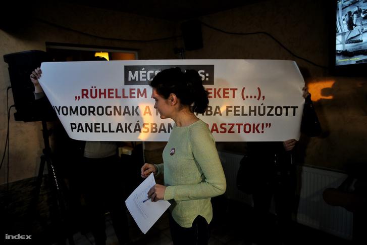 Kormányközeli aktivisták molinót feszítettek ki a Momentum Mozgalom komáromi rendezvényén, 2017. ferbruár 25-én