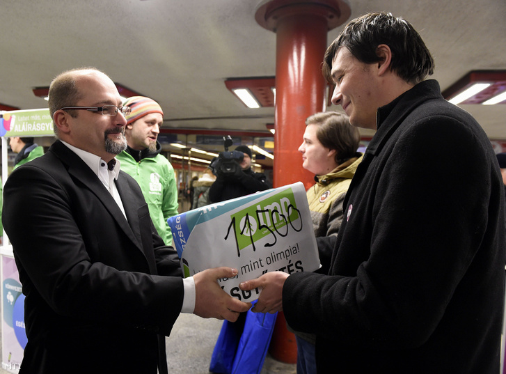 Csárdi Antal, az LMP fővárosi képviselője és Ferenczi István országos elnökségi tag átadja a Momentum Mozgalom aktivistáinak az LMP által összegyűjtött olimpiai népszavazást kezdeményező aláírásokat a Nyugati téri aluljáróban 2017. február 12-én