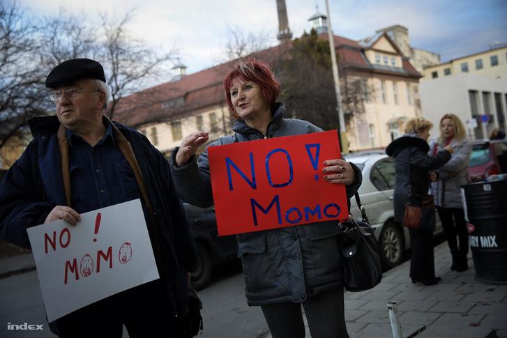 A Momentum ellen tüntetők a Mozgalom győri rendezvénye előtt 2017. március 2-án