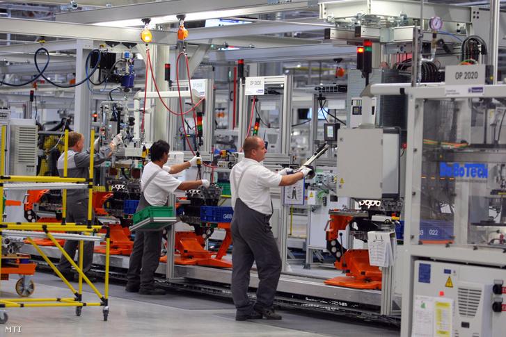 Dolgozók motorokat szerelnek össze az Opel 500 millió eurós beruházással felépült flexibilis motorgyárában Szentgotthárdon 2012. szeptember 20-án.