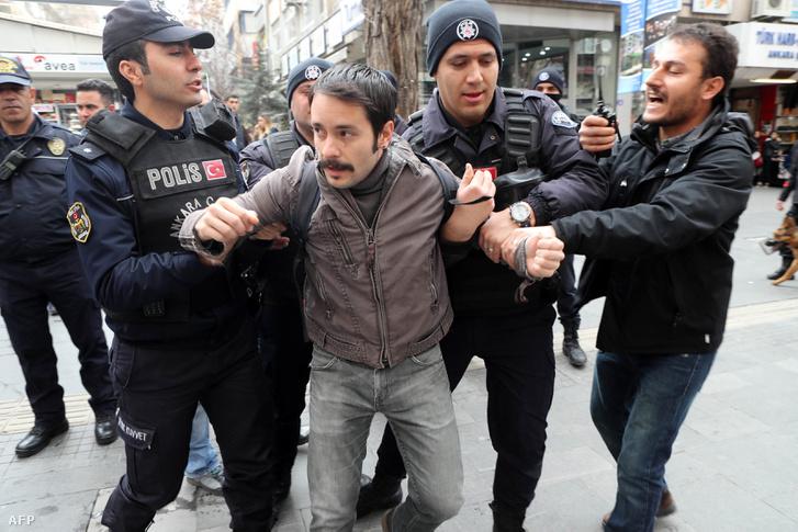 Egy tüntetőt tartóztatnak le Ankarában, 2017. március 11-én. A török fővárosban a média elnyomása ellen tiltakoztak, követelve a fogva tartott újságírók szabadon bocsájtását.