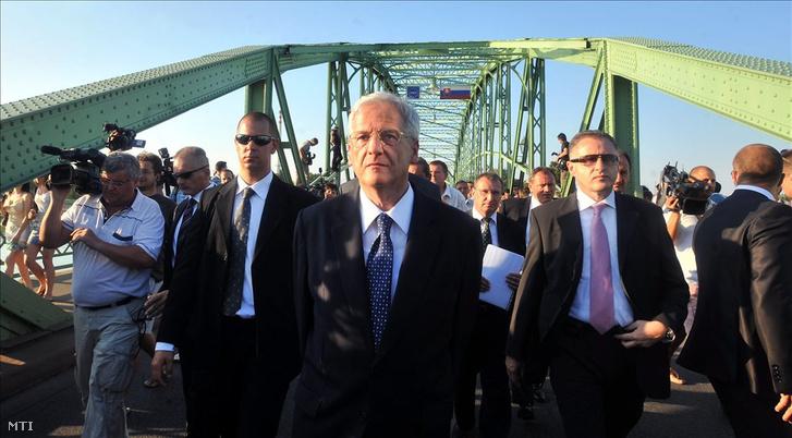 Sólyom László köztársasági elnök gyalogol a Komárom és Révkomárom közötti Duna-hídon 2009. augusztus 21-én, miután a híd közepén, a magyar oldalon sajtótájékoztatót tartott. A magyar államfő nem vett részt a révkomáromi Szent István-szobor avatási ünnepségén, miután Robert Fico szlovák miniszterelnök délután rendkívüli pozsonyi sajtóértekezletén bejelentette, hogy Szlovákia nem engedi be területére Sólyom Lászlót.