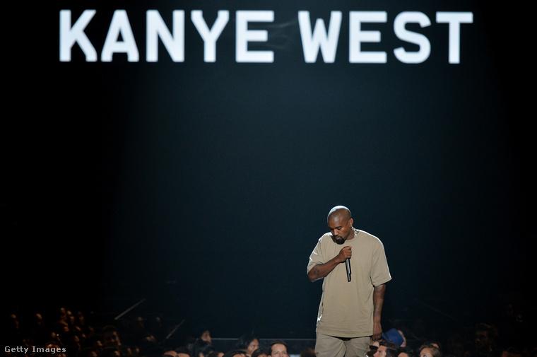 Ez az úr itt a képen Kanye West, akit ismerhetnek rapperként, zenei producerként, divattervezőként, de Kim Kardashian celeb-vállalkozónő férjeként is.