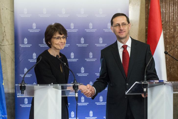 Marianne Thyssen és Varga Mihály a tanácskozásukat követően tartott sajtótájékoztatón a Nemzetgazdasági Minisztériumban 2017. március 16-án