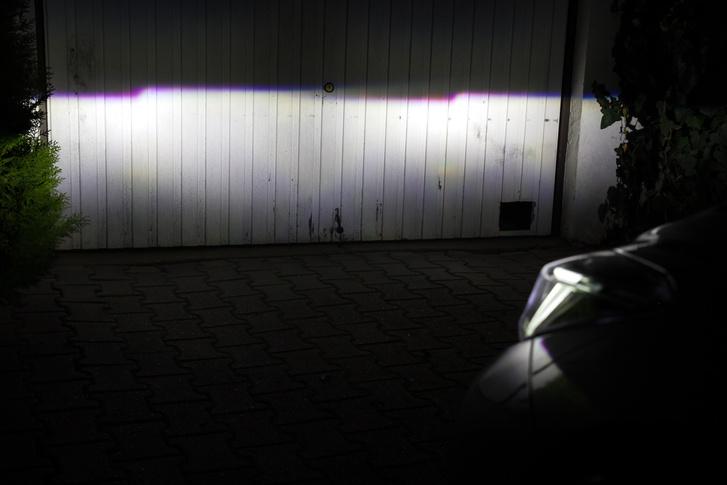 A led lámpa fénye szélén a vékony lila szegély fura hatású este, a távoli dolgokat, táblákat viccesen lilára festi, de lehet, hogy ettől előbb látjuk meg. Szóval nem is biztos bug, hanem feature