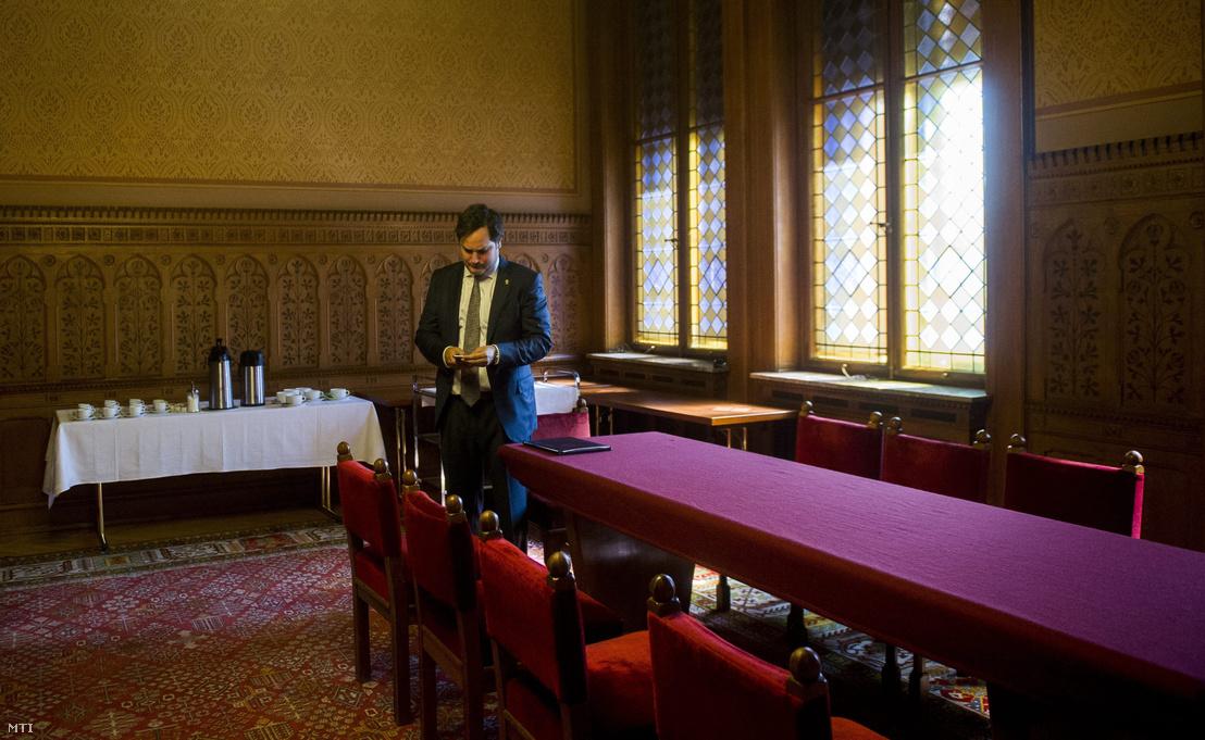 Nagy Márton, a Magyar Nemzeti Bank alelnök-jelöltje várakozik 2015. július 22-én a Parlamentben az Országgyűlés gazdasági bizottsági meghallgatása előtt