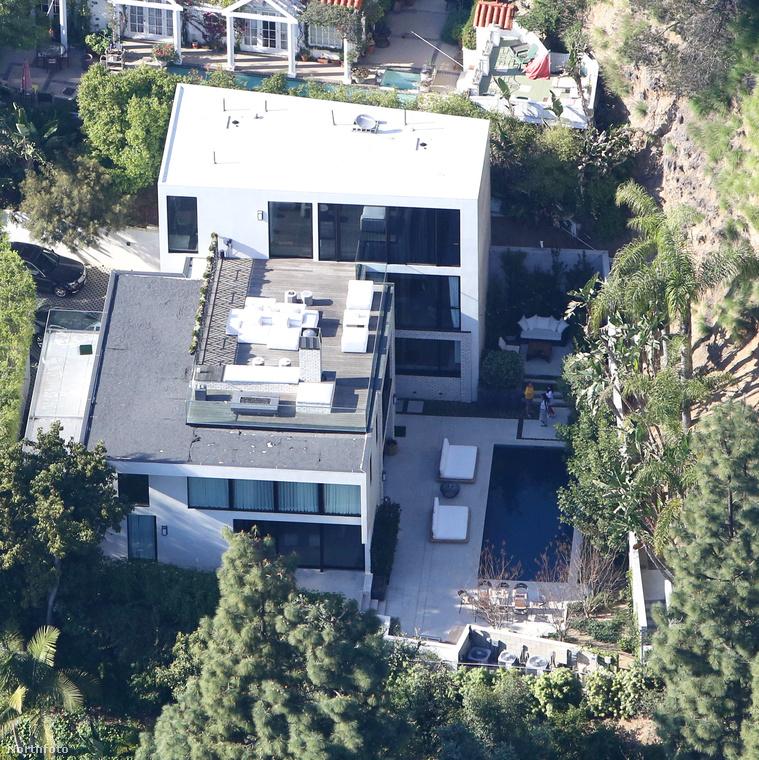 Egy forrás viszont azt állítja, hogy tudni véli, mi történt pontosan: állítólag Jenner dél körül ment el hazulról, és este 8 körül ért haza, de egészen addig nem vett észre semmit, amíg olyan 1 óra körül be nem tette a lábát a hálószobájába
