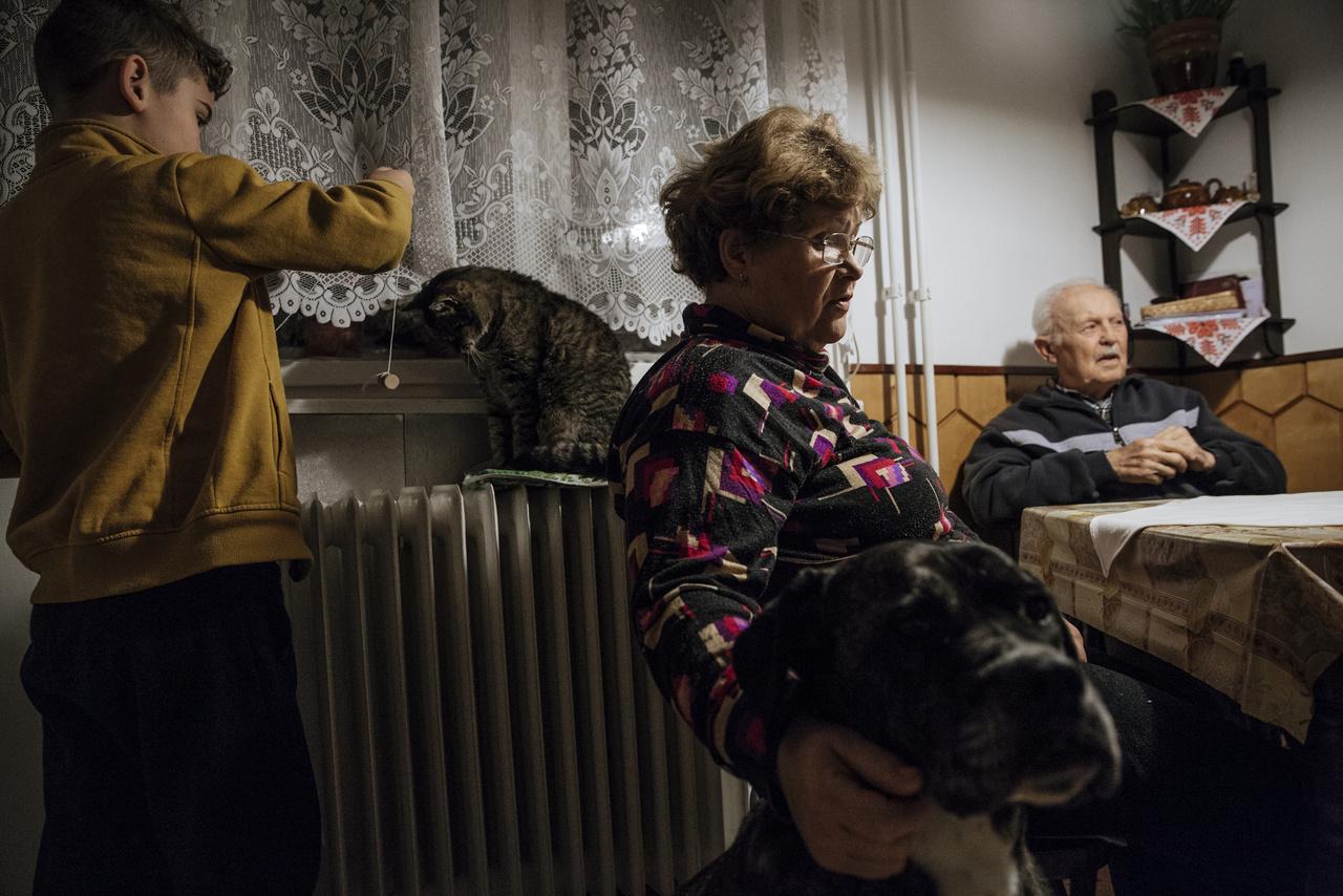 """""""Akármit is hozzon a nap, ha egy közös kávézással kezdődik és egy jó beszélgetéssel ér véget a nagyiéknál, az egy jó nap volt.""""Ajpek Orsi, Kummer János és Ujvári Sándor fotográfusok fényképei az Egy közös ház című kiállításon a Pannonhalmi Főapátságban március 22. és november 10. között, afőapátság nyitvatartási idejében, ingyenesen megtekinthetők."""