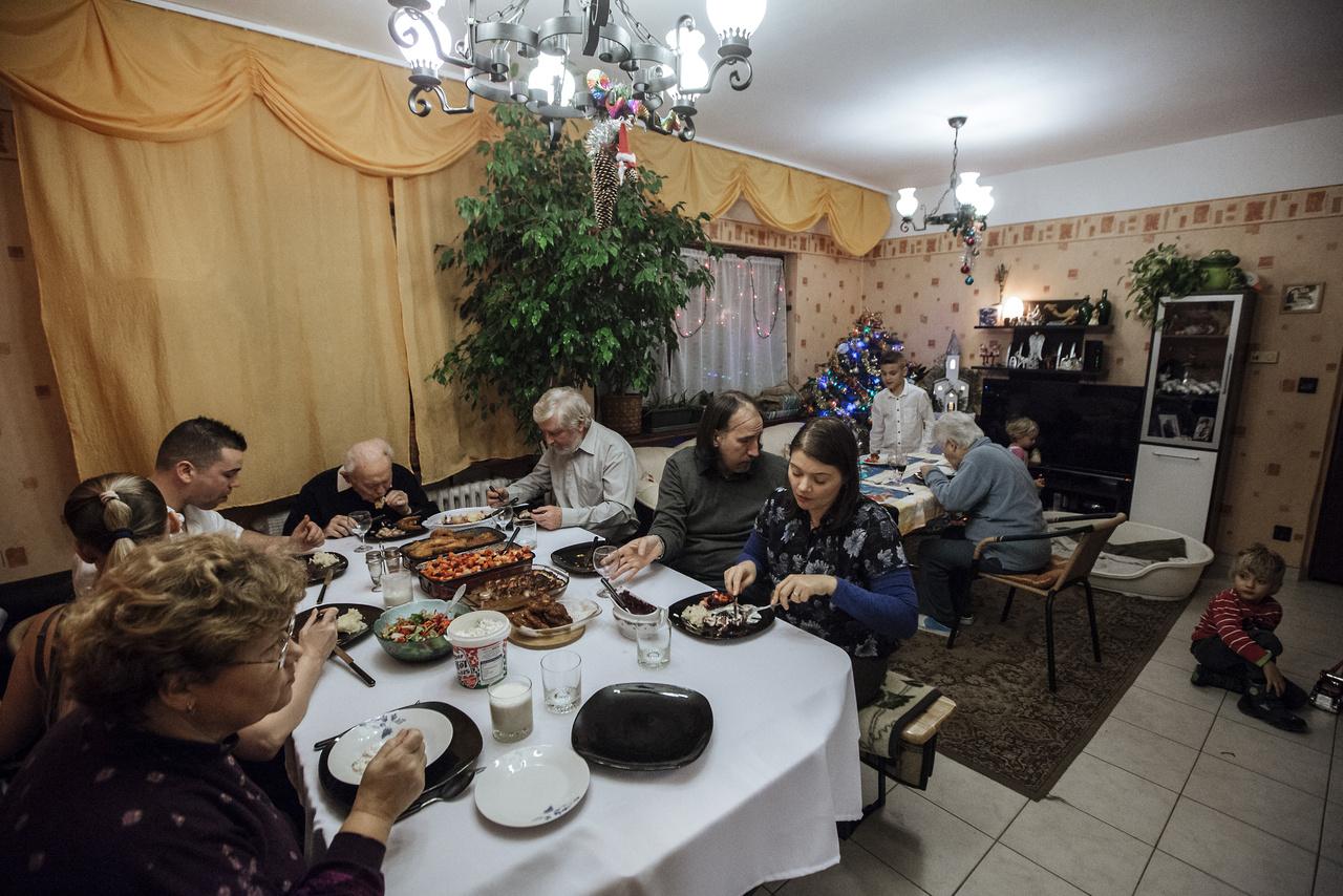 """""""Szenteste mindannyian összegyűlünk: nagyszüleim, szüleim, nővérem férjével és két kisgyerekükkel, húgom férjével és két fiukkal. Tizenhárman a nagy asztalt már kinőttük, így a gyerekeknek külön terítünk."""""""