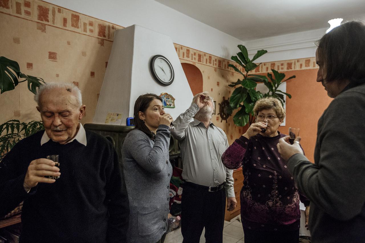 """""""Nagypapa, Rita nővérem, anyu, apu és Ion, nővérem baszk férje koccintanak a karácsonyi vacsora előtt."""""""