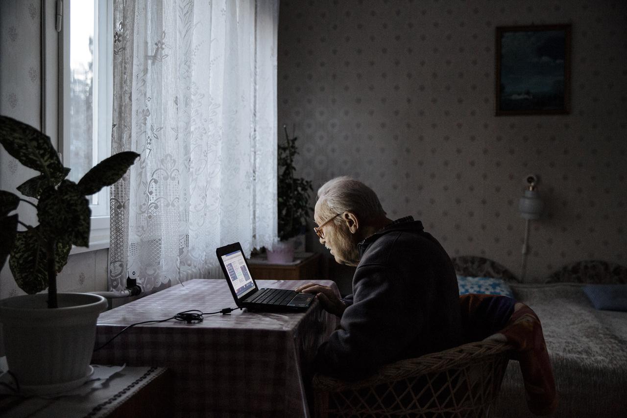 """""""Nagypapa decemberben ünnepelte a 89. születésnapját, de még most is teljesen naprakész a világ történéseivel kapcsolatban. Ha nem valamelyik hírportált böngészi, akkor barátokat keres a Facebookon.""""Virágvölgyi István kurátor szerint az Egy közös ház  címűkiállítás azt vizsgálja, hogy min múlik, hogy megszeretünk és magunkénak érzünk-e egy teret. """"A fények mögött felsejlik egy falu vagy város, bennük kifőzdék, színházak, templomok, üzemek, diszkók, lakótelepek, iskolák, kollégiumok, kórházak, plázák, börtönök, pályaudvarok, hotelek, mozik, sportközpontok és még hosszan lehetne sorolni, hiszen a legtöbb ház azért épül, hogy kisebb vagy nagyobb, átmeneti vagy tartós, kényszerű vagy magunk választotta közösségek töltsék meg a négy faluk közötti teret. Ezeket a helyeket pásztázzák fotósorozataink.""""A kiállításon Újvári Sándor fotóin egy vidéki városháza alagsorában működő súlyemelőklub és egy alföldi motorvonat, Kummer János fotóin a háromezer embernek otthont adó óbudai """"faluház"""" és egy kisvárosi romkocsma, Ajpek Orsi fotóin pedig egy faluszéli református drogterápiás otthon és a négygenerációs kertvárosi családi ház lakóinak életébe pillanthatunk be. Az Index fotográfusa folytatni szeretné családja fényképezését, hosszabb távon dokumentálná a négy generáció történetét."""